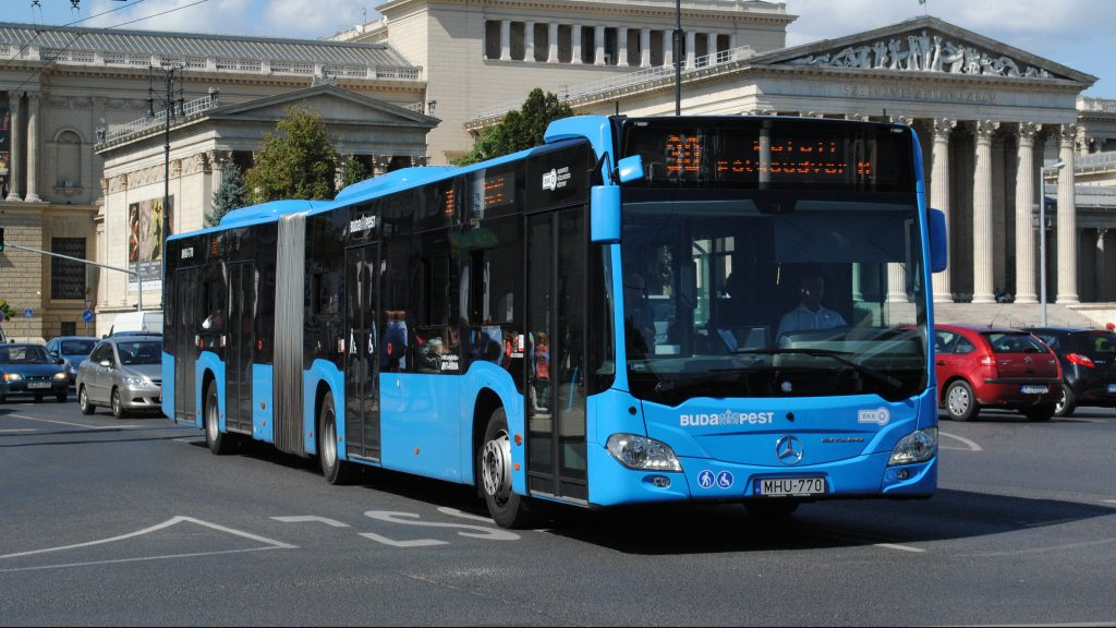 Budapest - Articulated bus in front of the Museum of Fine Arts