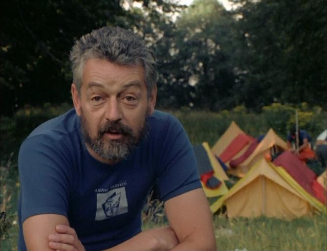 Másfélmillió lépés... - Rockenbauer Pál mesél. Háttérben a tábor sátrai állnak.