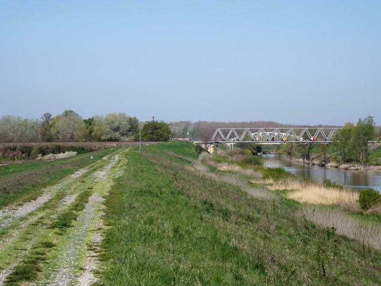 Kilátás a Sió gátjáról a közeli vasúti hídra. Mögötte a közúti híd is feltűnik.