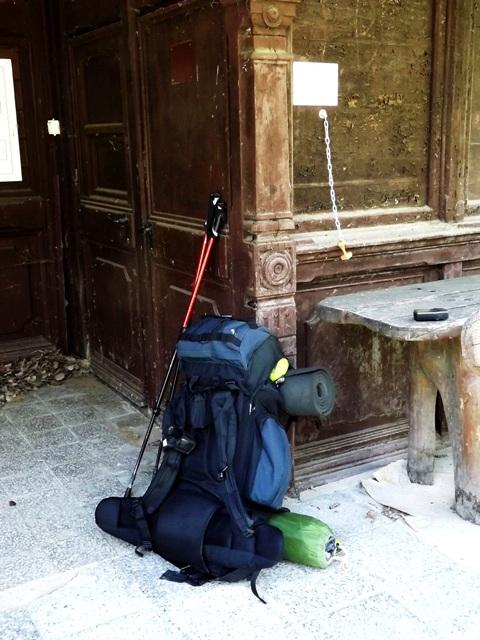 Csendélet Frigyes Főherceg pavilonjának teraszán hátizsákkal, túrabotokkal, lánc végén himbálódzó kéktúra pecséttel és turista GPS-sel