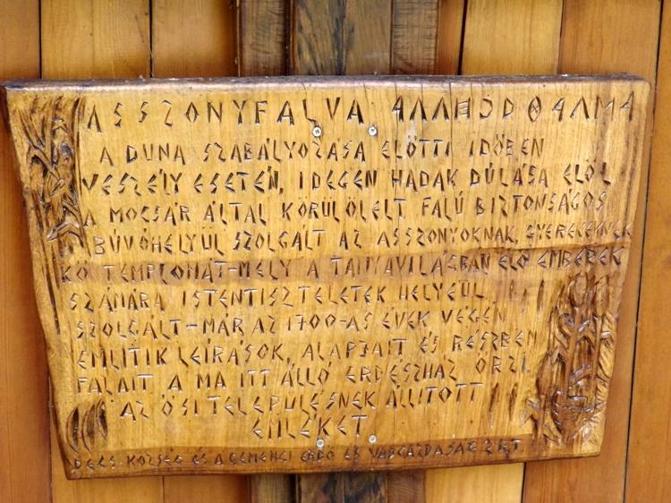 A táblából kisilabizálható, hogy a korábban itt állt Asszonyfalva községnek állít emléket