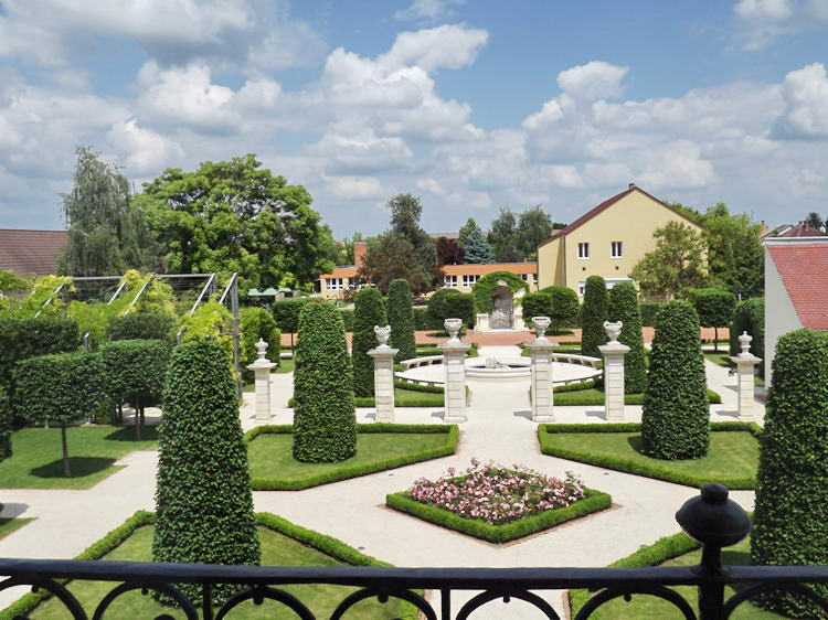 A hajósi érseki kastély parkja az erkélyről fényképezve
