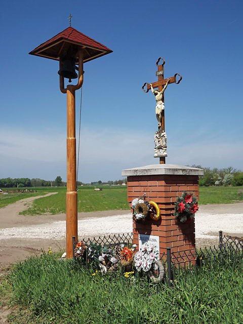 Kereszt és harangláb a Sándorfalvára vezető út mellett