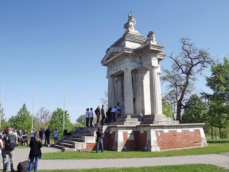 Ópusztaszer - Koszorúzás az Árpád emlékműnél
