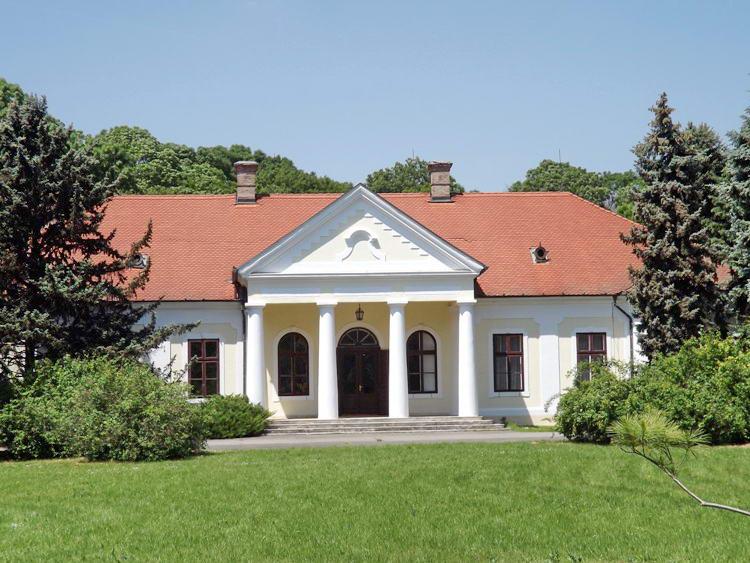 A Csáki-Bolza kastély épülete az arborétumban
