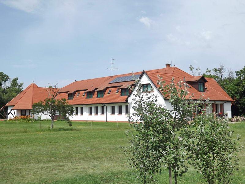 Közvetlenül a látogatóközpont mellett áll a turistaszálló épülete