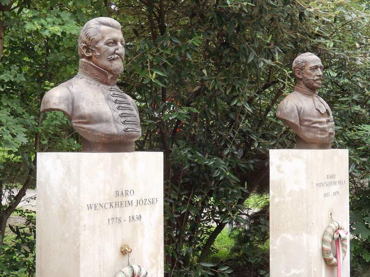 A Wenckheim bárók szobrai a volt kúria épülete előtt