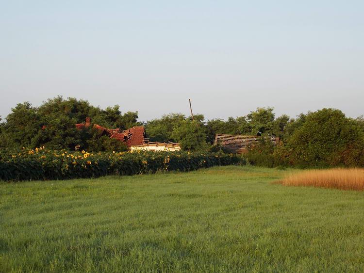 Romos tanya az út mellett