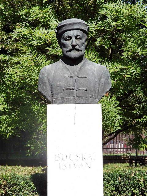 Bocskai István szobra a kastély előtt