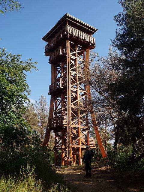 Csak a kilátóhoz érve látszott, milyen impozáns magasságú a favázas torony