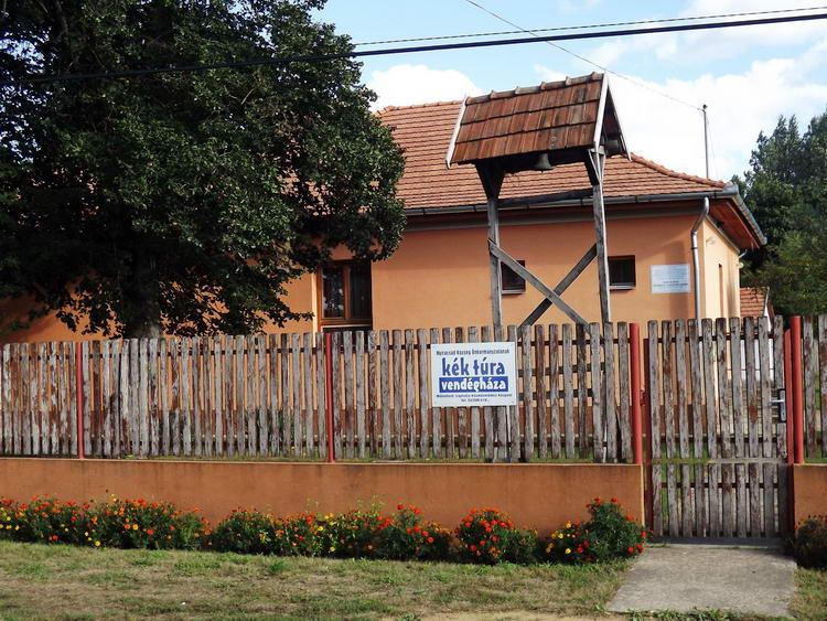 A falucskában áll a Kék Túra vendégház
