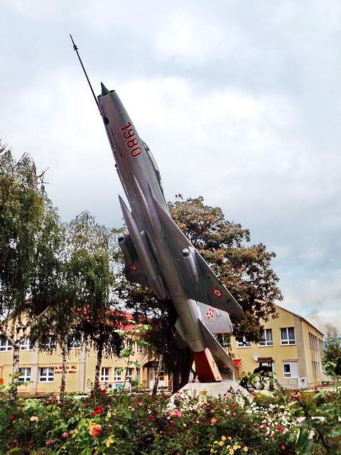 Gyulaháza - MIG21-es repülő Farkas Bertalan szülőháza mellett