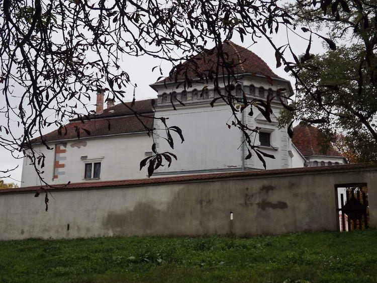 A kastélyparkon átvágva indultam tovább a kastély hátsó kerítése mellett