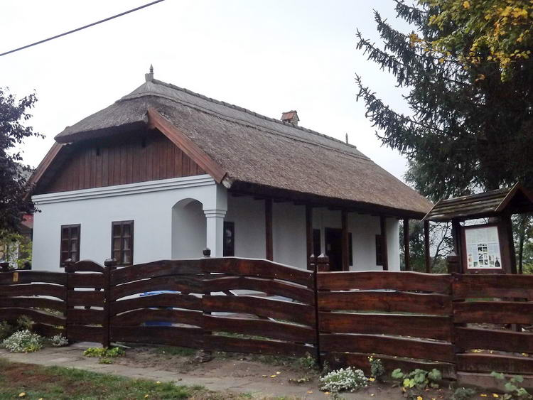 Karcsa - A templom mellett áll a tájház épülete
