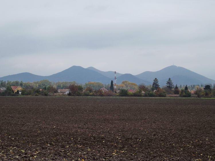 Már jól látszanak a Sátor-hegyek Alsóberecki házai felett