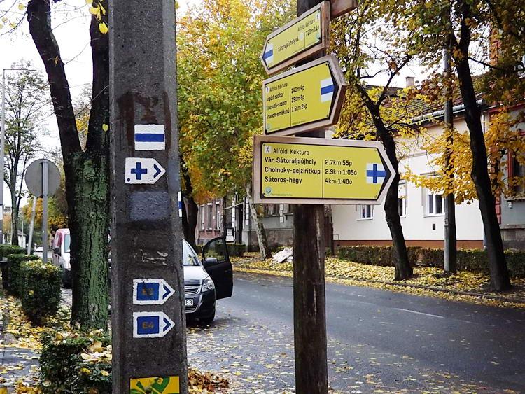 Itt kezdődik a sátoraljaújhelyi Kossuth Lajos utcán az Alföldi Kéktúrából kiágazva a hegyek közé vezető kék kereszt jelzés