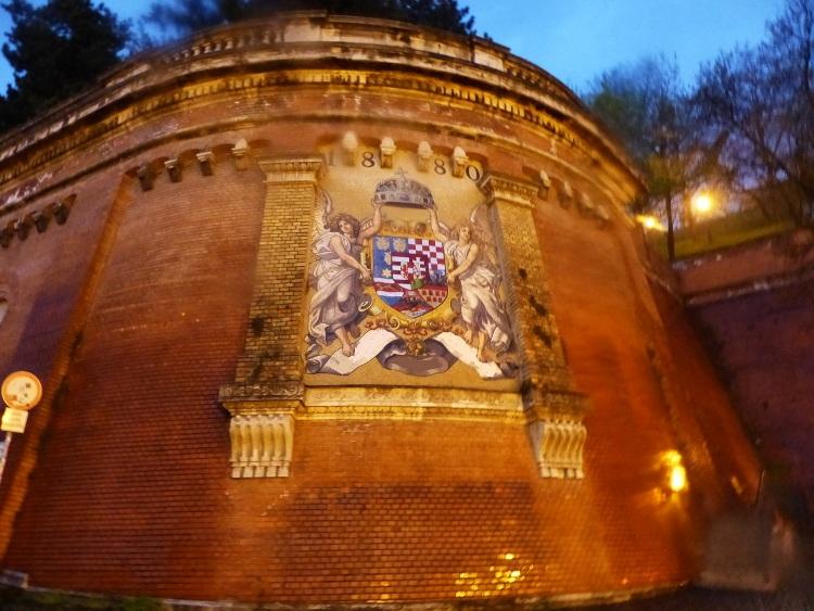 A Sikló melletti támfalon látható az úgynevezett angyalos címer