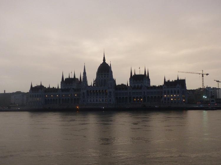 Az Országház a kora reggeli esőszünetben