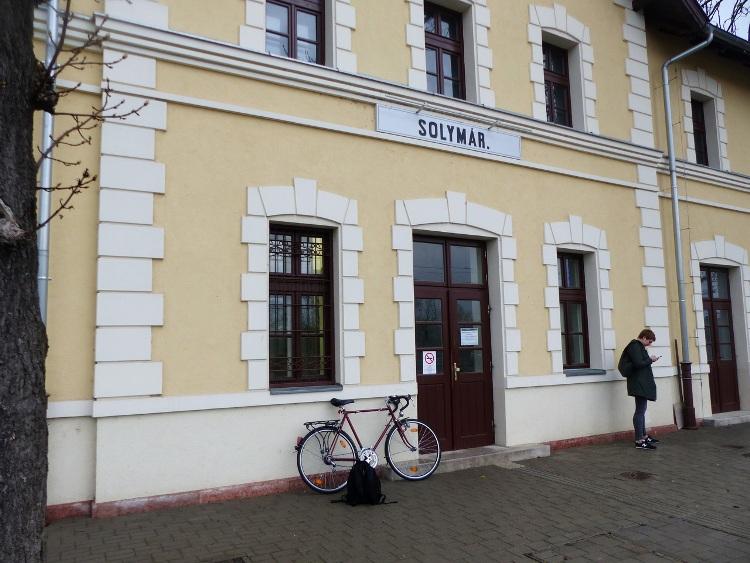 Pihen a bringa a solymári vasútállomás váróterme előtt