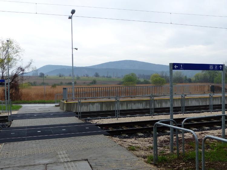 A Kevélyek látképe a vasútállomás peronjaitól