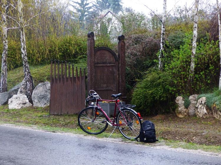 Pilisszántó alsó faluvégén megálltam a község jelképes kapujánál