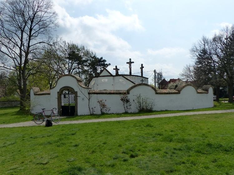 Szentendre - A Magyar Kálvária előtt áll a bicaj