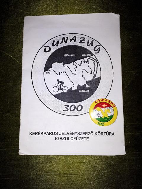 A Dunazug 300 Kerékpáros Körtúra igazolófüzete és jelvénye