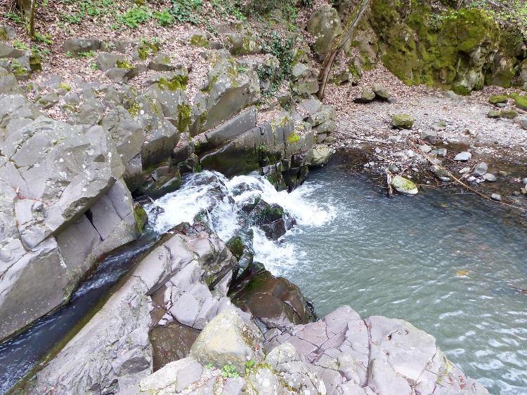 A Bükkös-patak kicsi vízesése a Dömör-kapunál