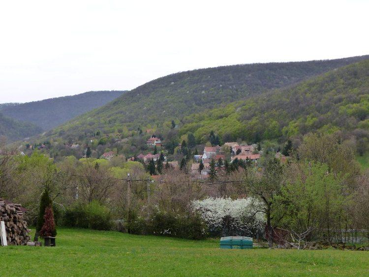 Kilátás Pilisszentlászlóra a Kis Rigó vendéglő melletti üres telekről