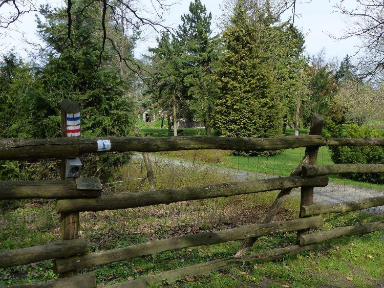Országos Kéktúra pecsételőhely a Pap-réti erdészház kerítésénél