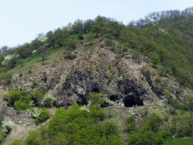 Kirándulók érkeztek a Szent Mihály-hegy oldalában lévő remetebarlangokhoz
