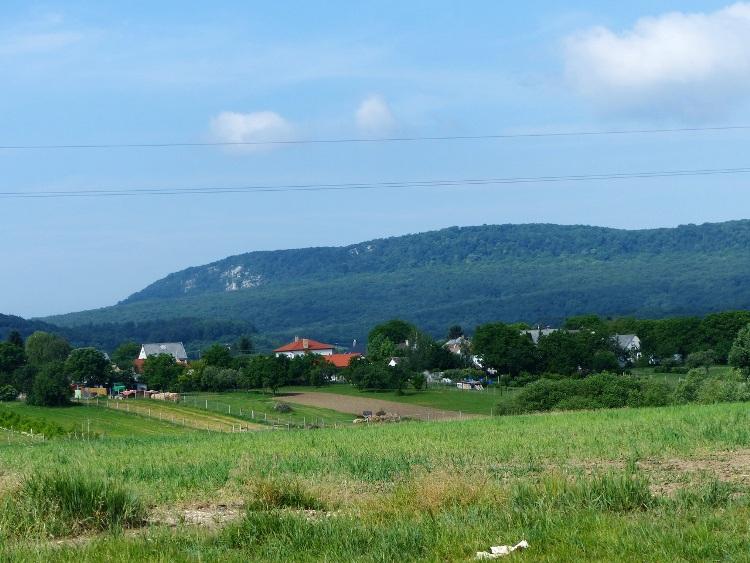 Tarján házai felett jól látszik a Pes-kő sziklás oldala