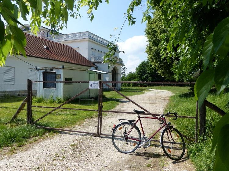 Igazoló kép a bicajjal a Bajnai-Metternich kestély bezárt kapuja előtt