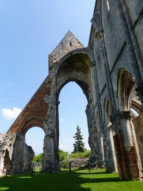 A román-gótikus stílusú templom 1763-ban omlott félig össze egy földrengésben