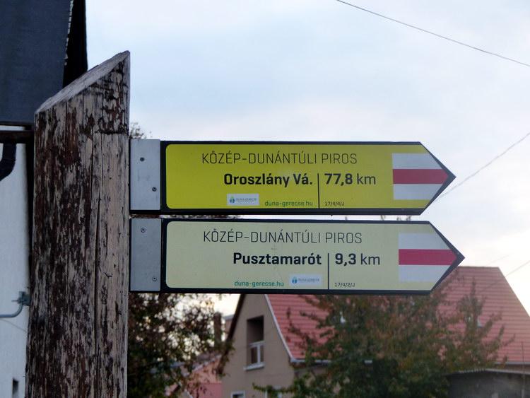 Távolságmutató jelzőtáblák a Vasút utca elején