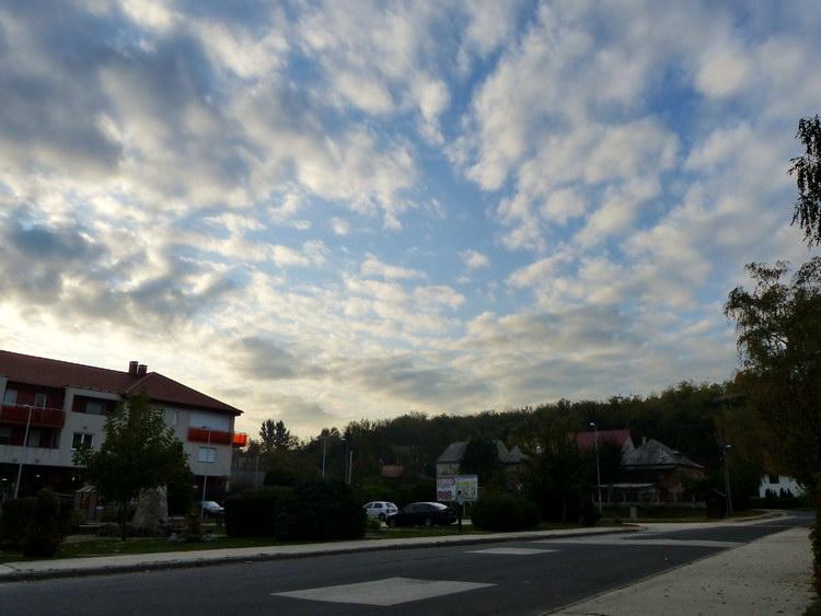 Piszke központját elérve kezdett felszakadozni az addig zárt felhőtakaró