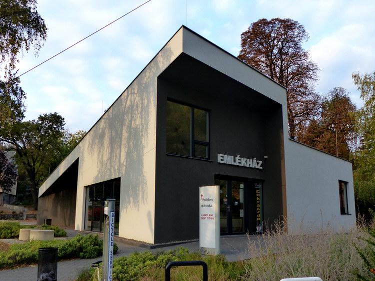 A Holcim emlékház földszintjén található az Erika cukrászda, ami a Közép-dunántúli Piros Túra hivatalos piszkei pecsételőhelye