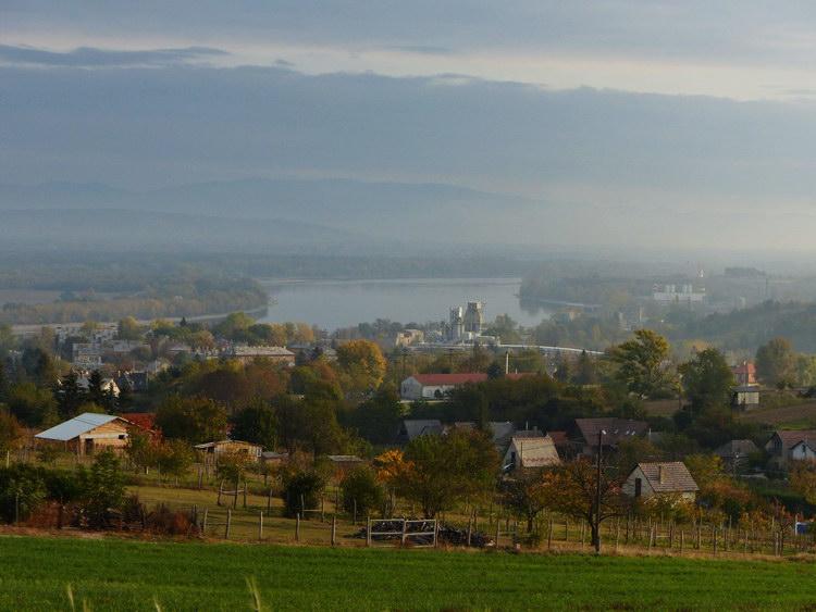 Kilátás a dombokról Lábatlanra és a Dunára