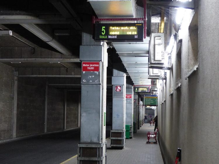 Buszállomás a Vértes Center épülete alatt