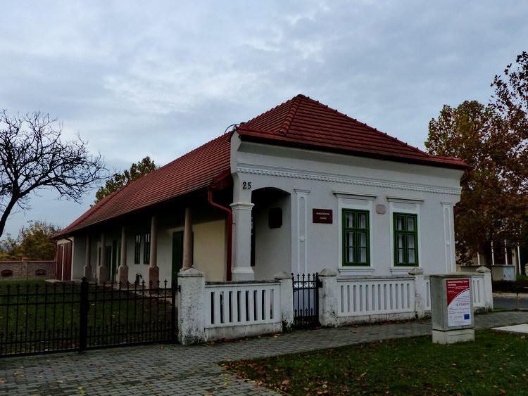 A német nemzetiségi tájház előtt tértem le jobbra a Rákóczi útról