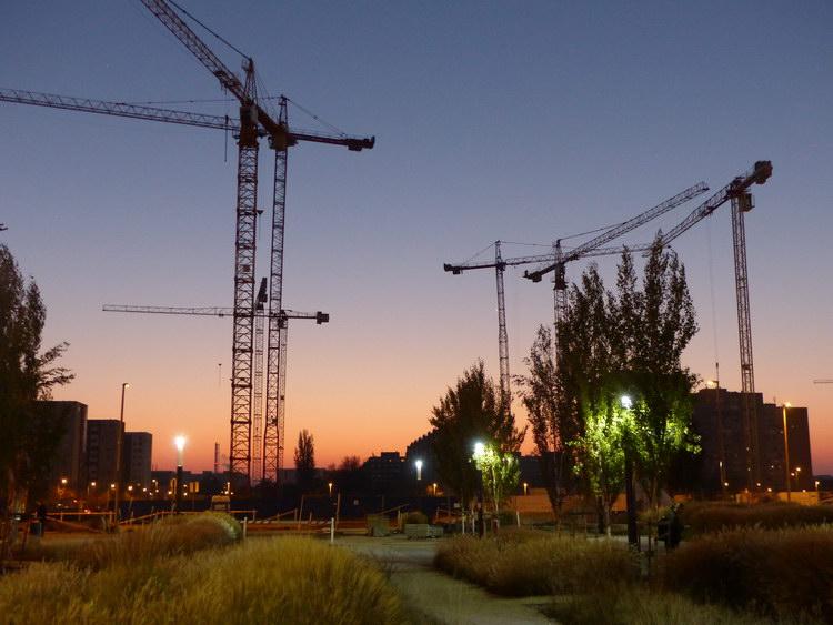 Hajnal Kelenföldön. Épül a vasútállomással szemben az új pláza - úgy látszik, nincs még elég belőlük Budapesten!