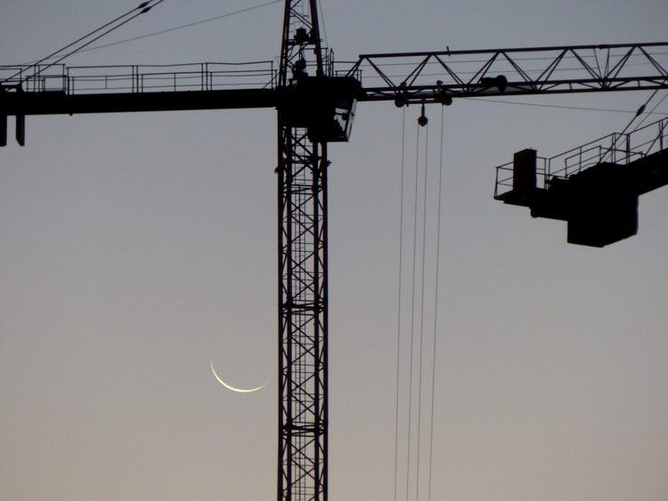 Az építkezés egyik daruja mellett feltűnt a fogyó Hold vékony sarlója is