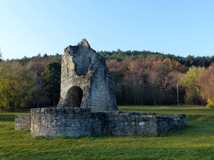 Az Árpád-kori templom romjai közelről