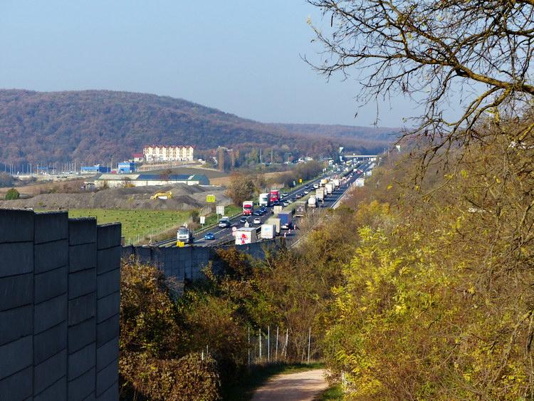 Az M1-es autópálya Óbarok határában vezet el