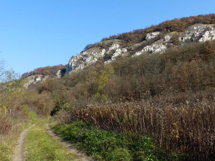 A fantáziadúsan Lófingató-hegynek nevezett sziklás bérc alatt vezetett el az utam