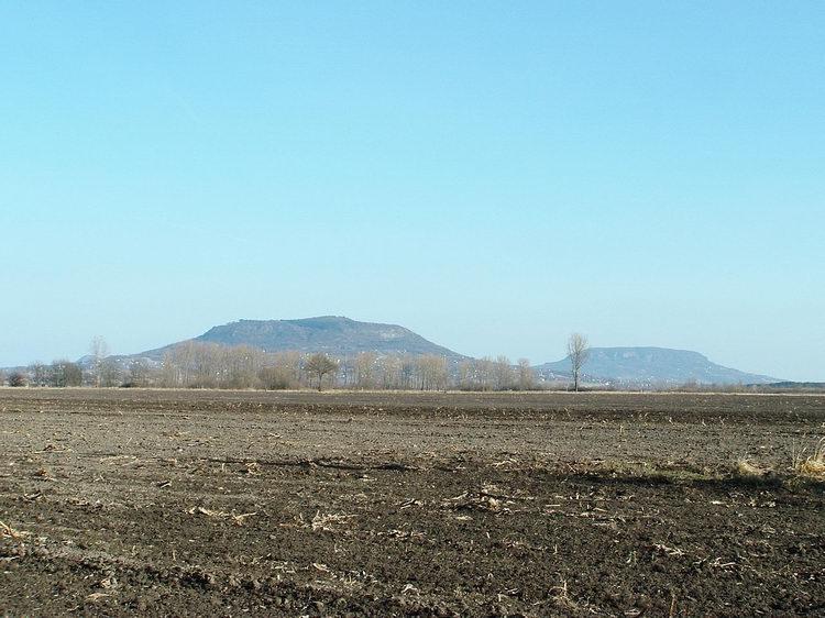 A Szent György-hegy és a Badacsony a Tapolcai-medencéből nézve
