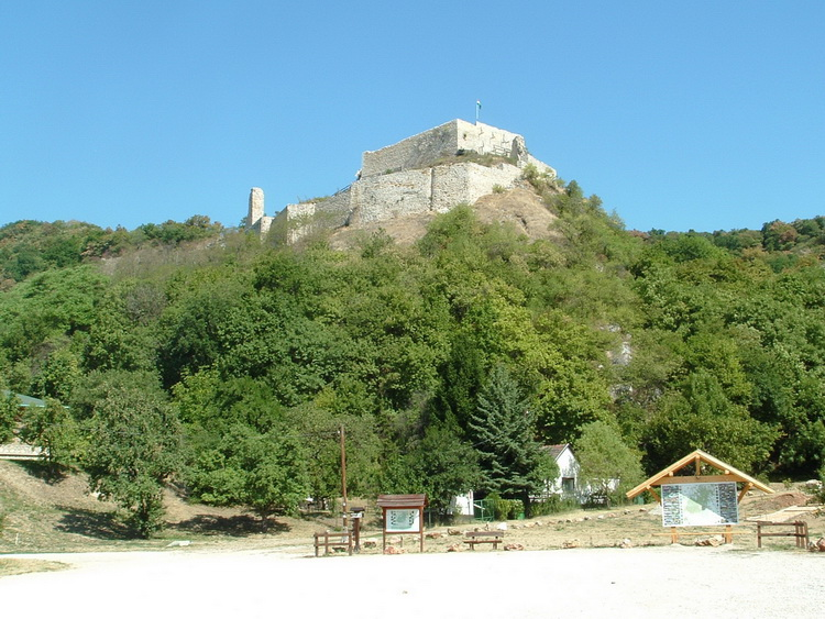 The Castle of Csőkakő from the resting place