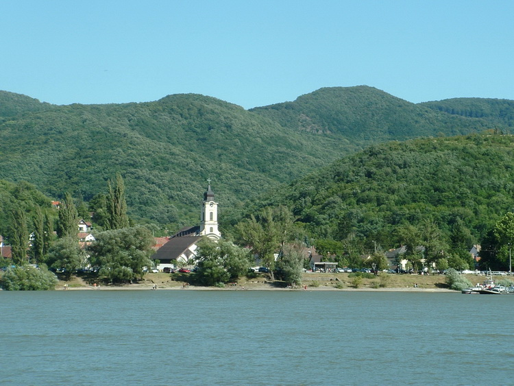 We can see the mountains of Pilis from the ferry. The rocks of Borjúfő are on the middle of the photo.