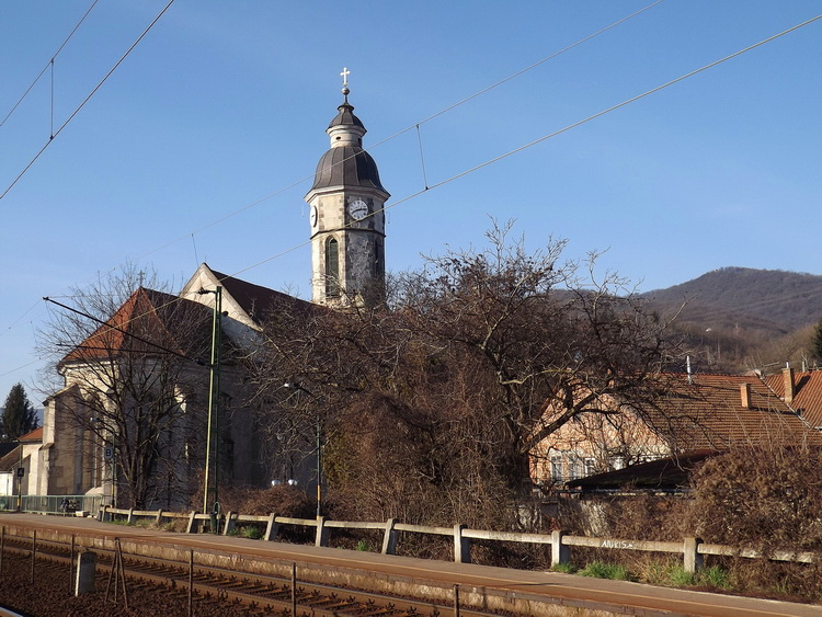 Beside the tower of the Roman Catholic church stands the Hegyes-tető Mountain