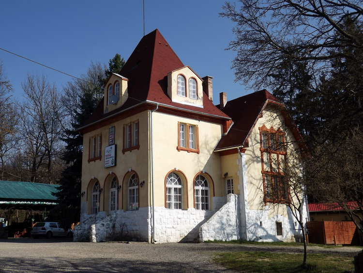 The main building of Kisinóci Tourist House